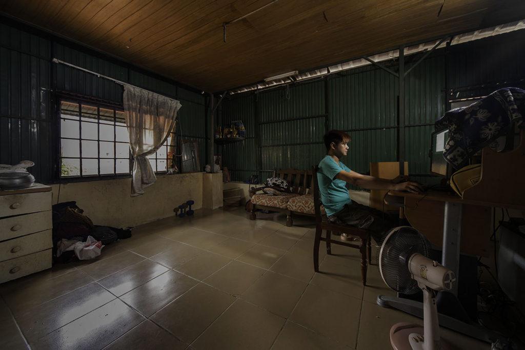 Panha Yuth jobbar hemifrån för att kunna hjälpa sin mor som för en tid sedan råkade ut för en trafikolycka. Foto: Kalle Rimling