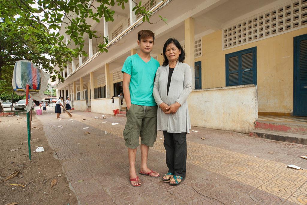 Panha Yuth tillsammans med sin mor utanför deras hem Foto: Kalle Rimling
