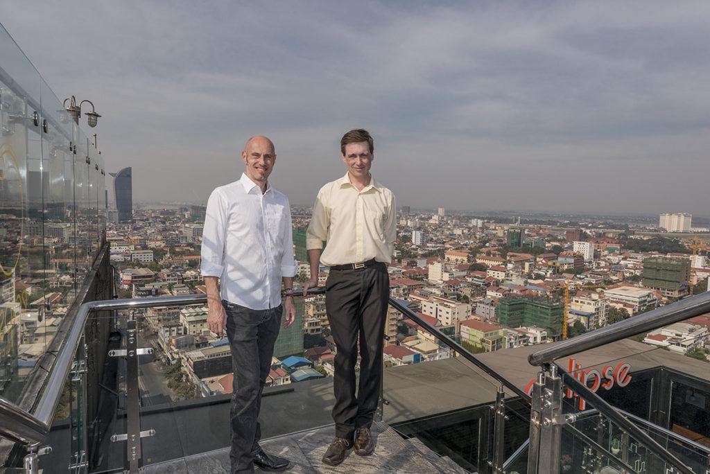 Kalle Rimling och Johan Bünger på taket till det hus i Phnom Penh där Svenska Ambassaden har sitt kontor. Staden har över 1,5 miljoner invånare. Foto: Johan Bünger
